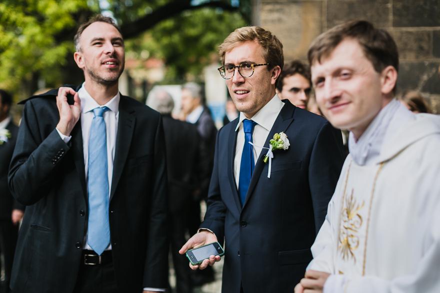 svatební fotografie před obřadem v kostele sv. Petra a Pavla na Vyšehradě v Praze