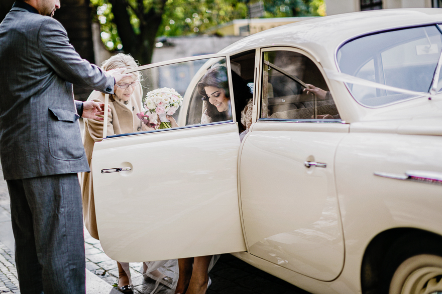 svatební fotografie příjezdu nevěsty ke kostelu sv. Petra a Pavla na Vyšehradě v Praze