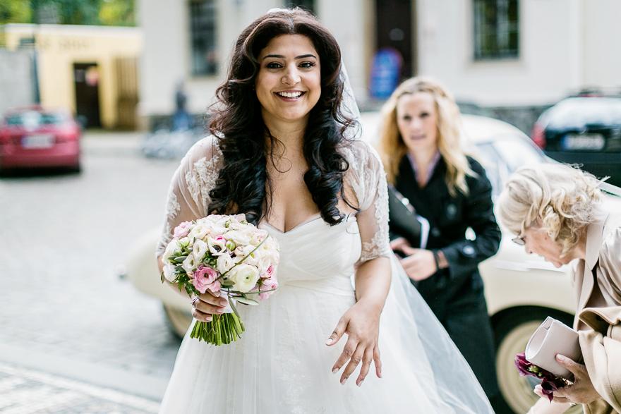 svatební fotografie nevěsty v kostele sv. Petra a Pavla na Vyšehradě v Praze