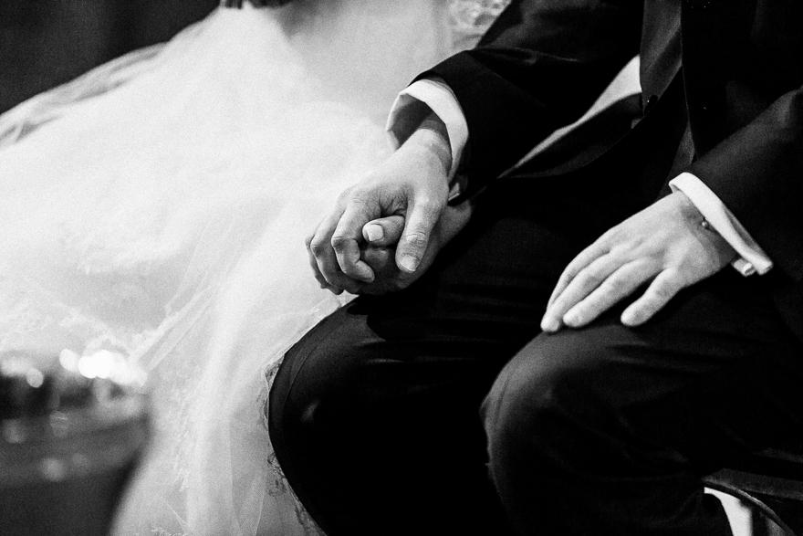 svatební fotgrafie detail nevěsty a ženicha u oltáře v kostele sv. Petra a Pavla