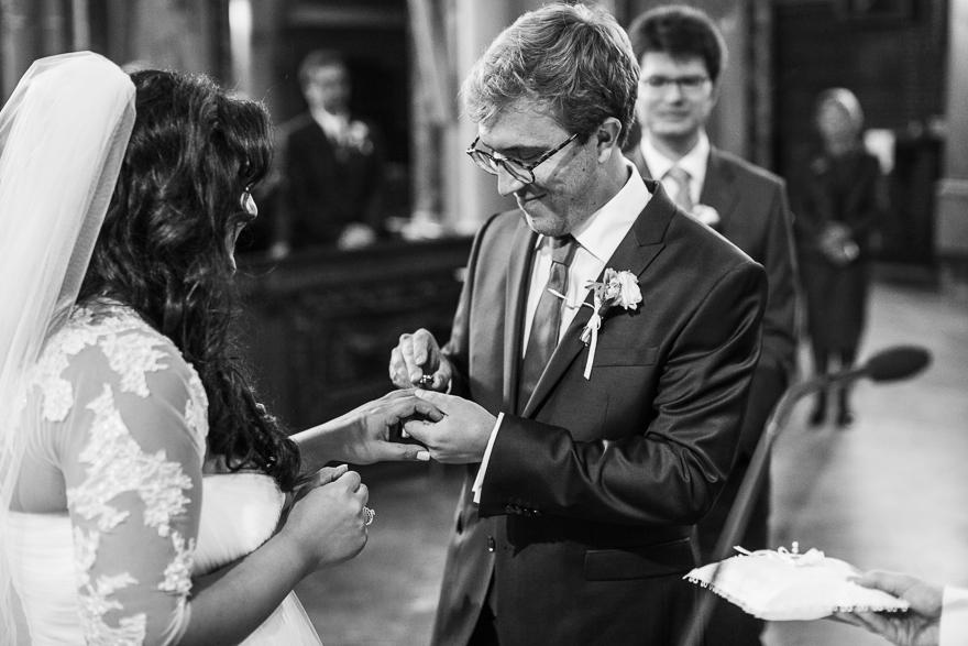 svatební fotografie nevěsty a ženicha při obřadu