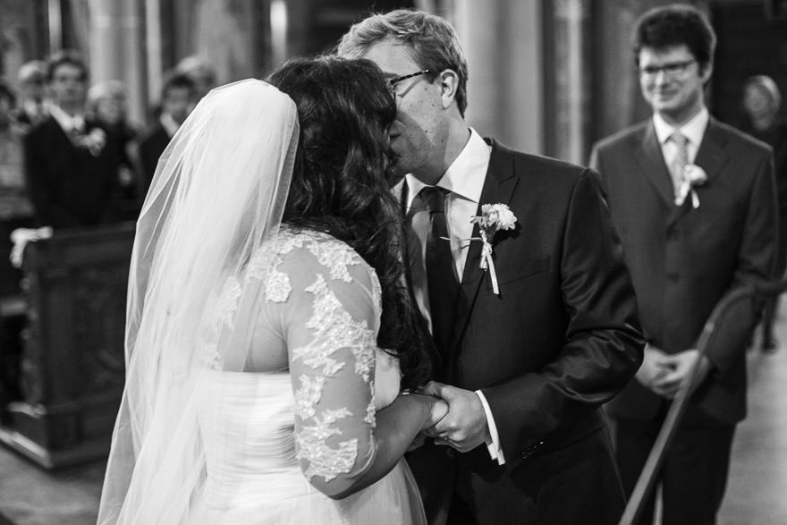 nevěsta a ženich při svatebním obřadu v kostele sv. Petra a Pavla na Vyšehradě v Praze