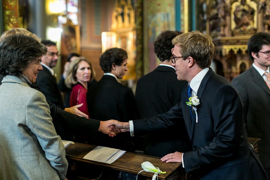 svatební fotografie ženicha po obřadu v kostele na Vyšehradě