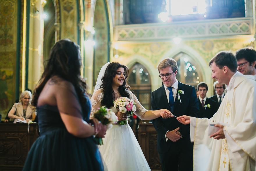 svatební fotografie novomanželů v kostele sv. Petra a Pavla na Vyšehradě