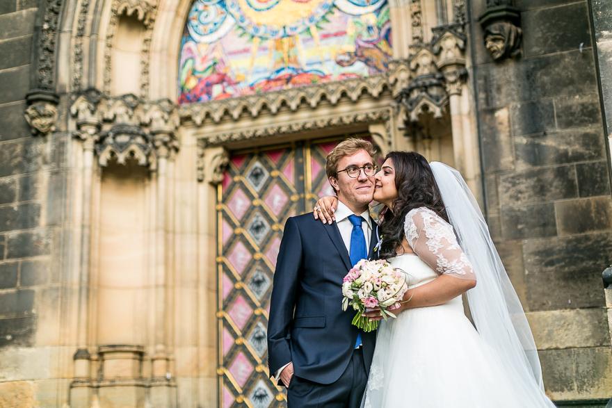 svatební fotografie novomanželů před kostelem sv. Petra a Pavla na Vyšehradě v Praze