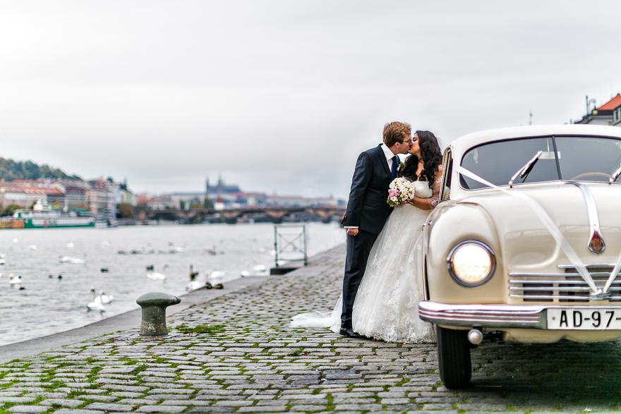 svatební fotografie novomanželů na náplavce u Vltavy v Praze