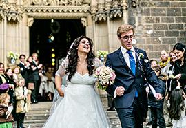 svatební fotografie nevěsty a ženicha před kostelem sv. Petra a Pavla na Vyšehradě v Praze