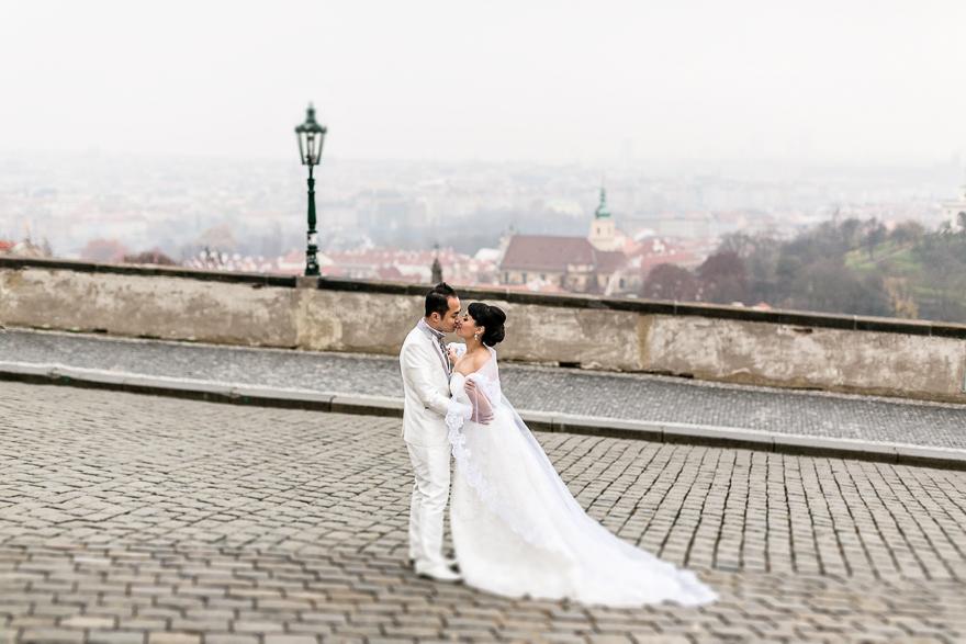 nevěsta a ženich na Pražském hradě s výhledem na Prahu