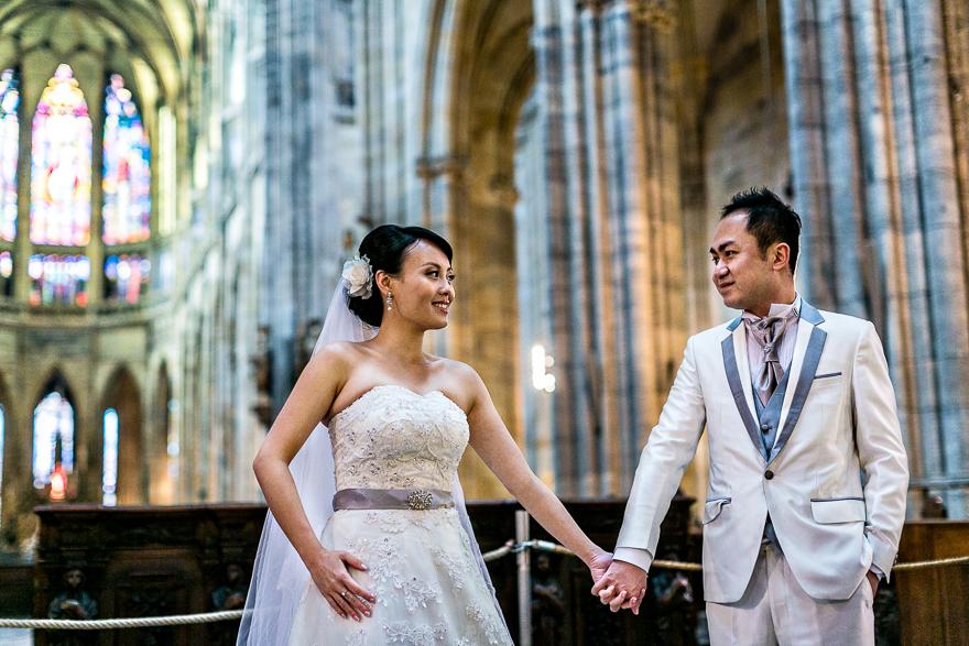 svatební pár v katerdále svatého Víta v Praze