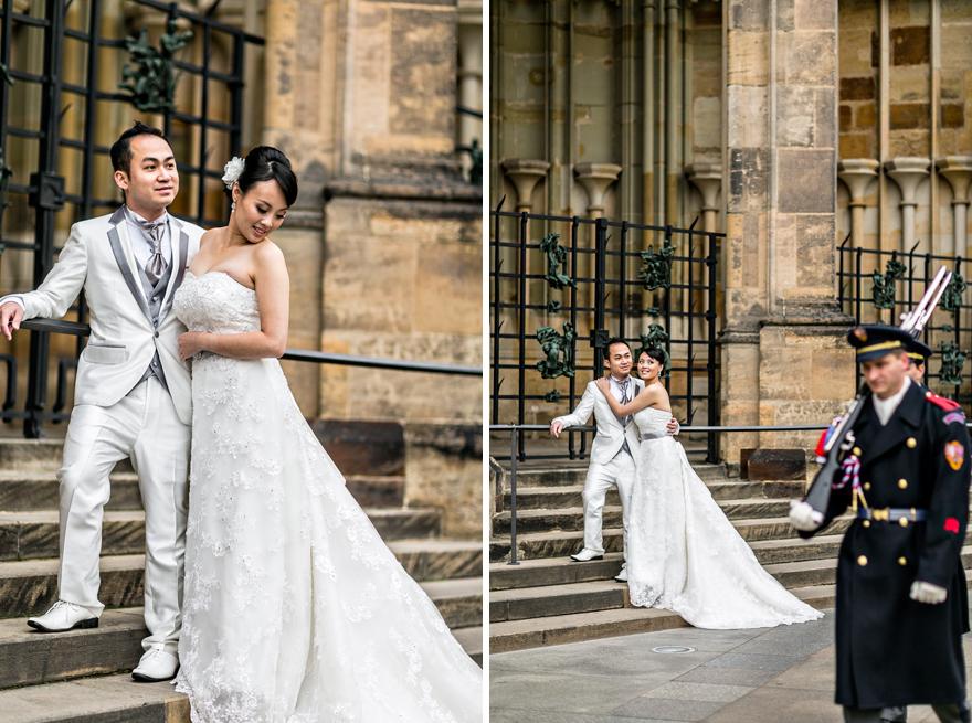 svatební fotografie v okolí Pražského Hradu s hradní stráží