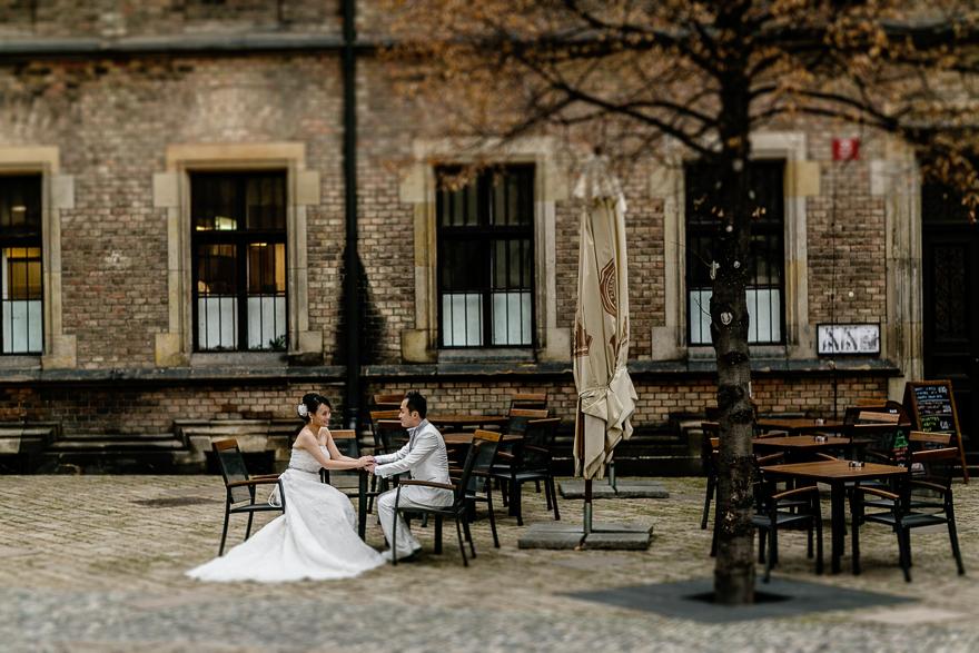 svatební fotografie novomanželů v kavárně v okolí Pražského hradu