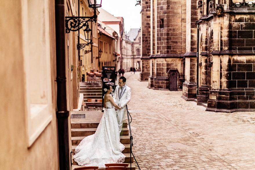 nevěsta a ženich v okolí pražského hradu u katedrály svatého Víta