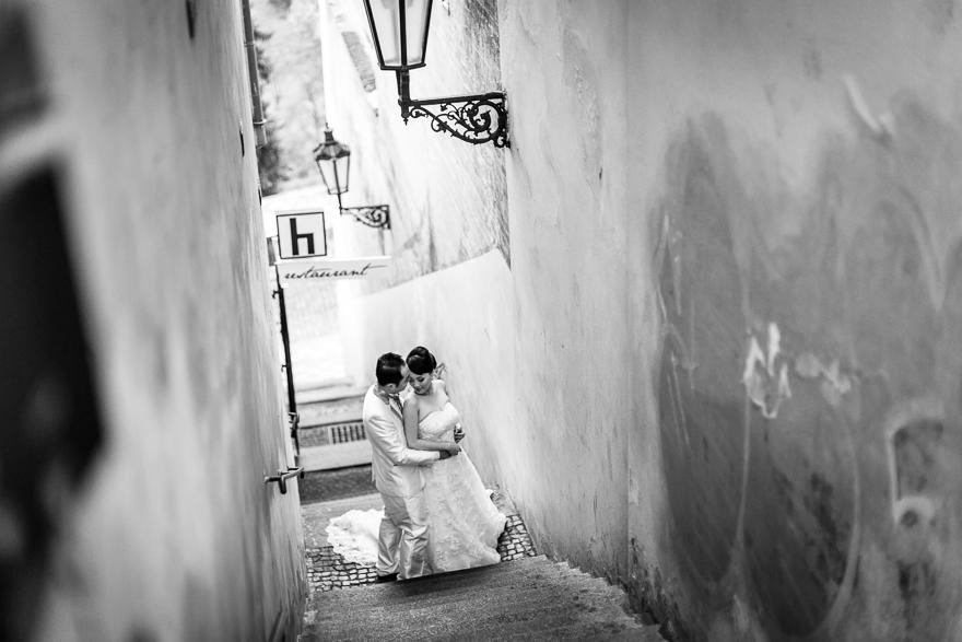 svatební fotografie v romantické uličce v Praze
