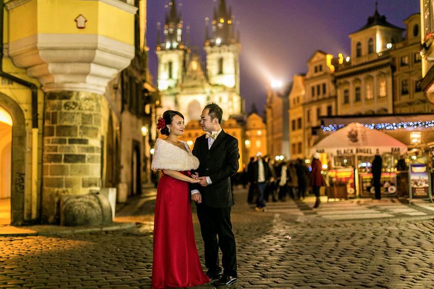 večerní svatební fotografie na Staroměstském náměstí v Praze