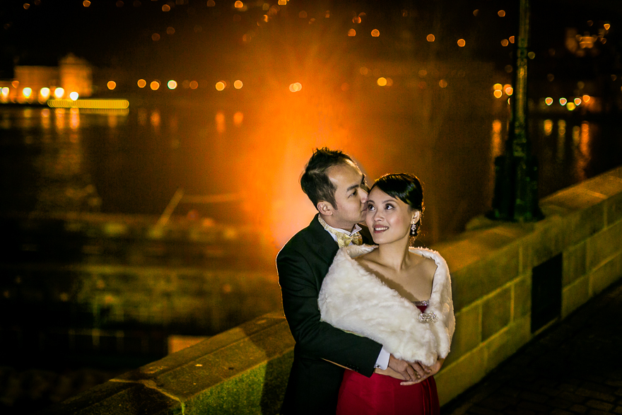 svatební fotografie večer na Karlově mostu v Praze