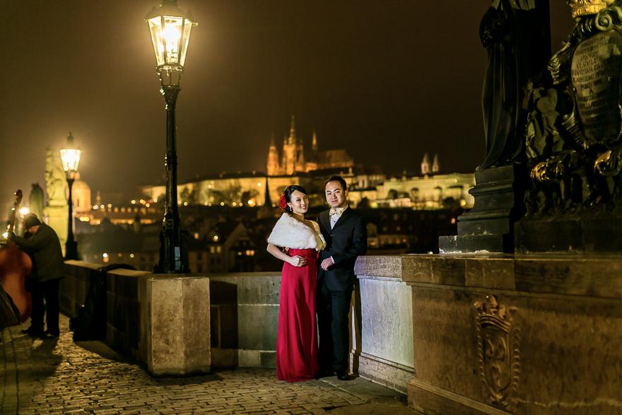 nevěsta a ženich u sochy na Karlově mostu v Praze