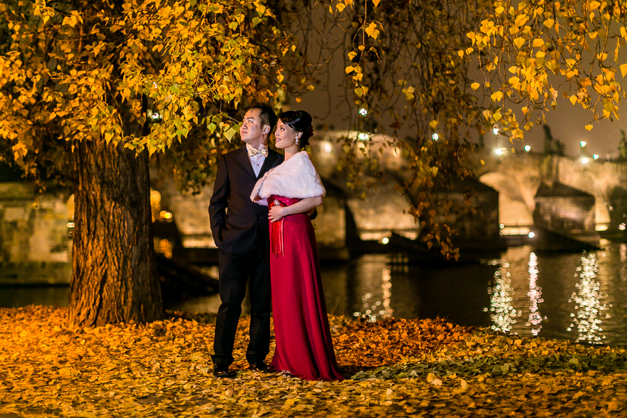 večerní fotografie nevěsty a ženicha v Praze u Karlova mostu