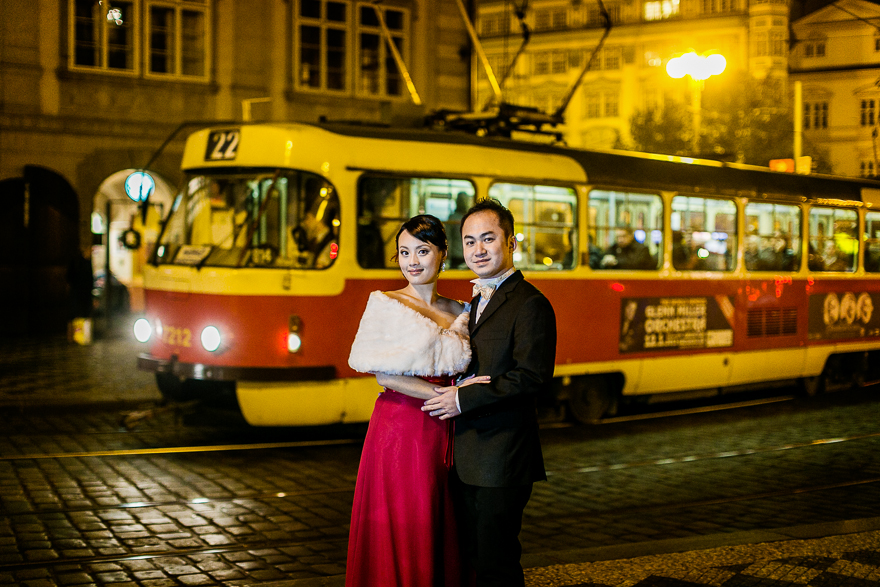 novomanželé ve večerní Praze s tramvají