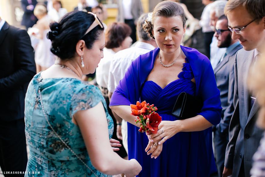 družička a svatební hosté v Praze