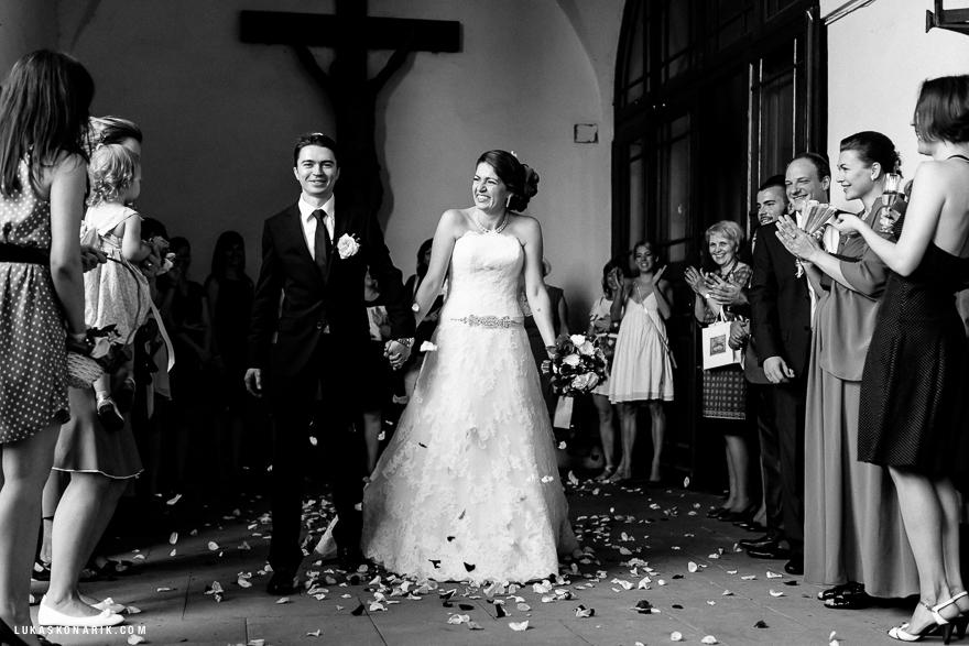 ženich a nevěsta před kostelem sv. Jiljí v Praze