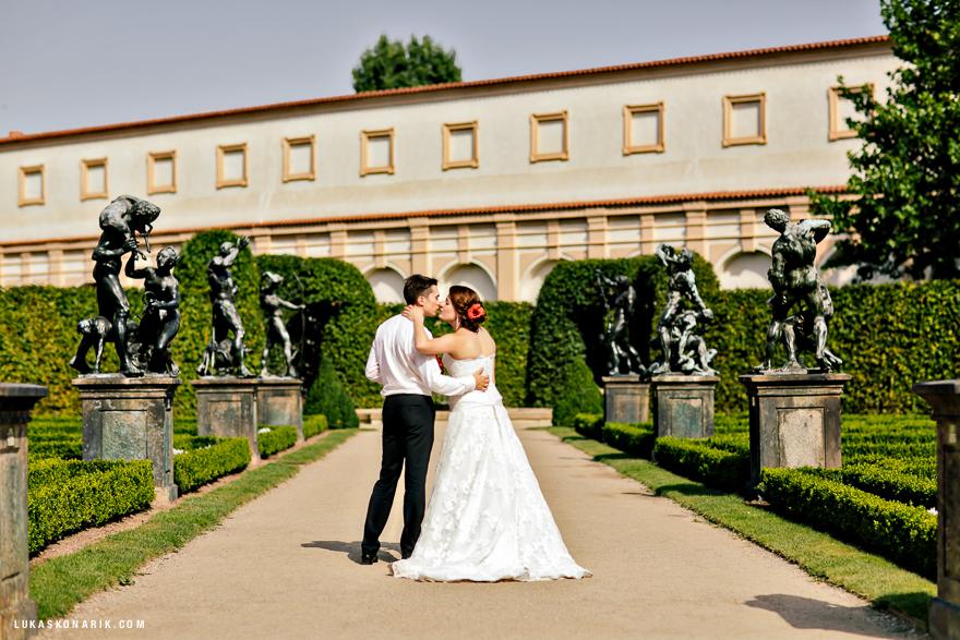 novomanželé v okolí Pražského hradu