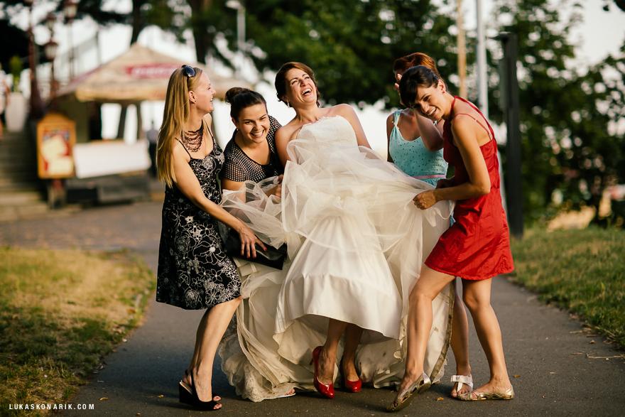 svatební momentky nevěsty a družiček