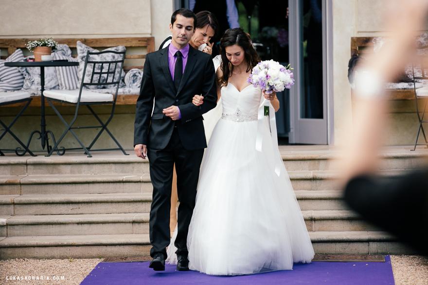 nevěsta před svatebním obřadem v Chateau Mcely