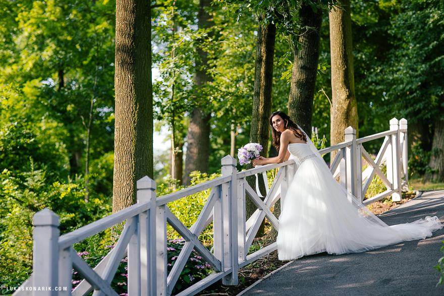 nevěsta v parku zámku Mcely