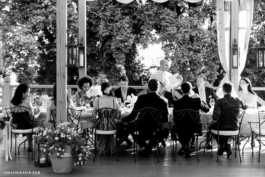 svatební hostina na zámku Mcely