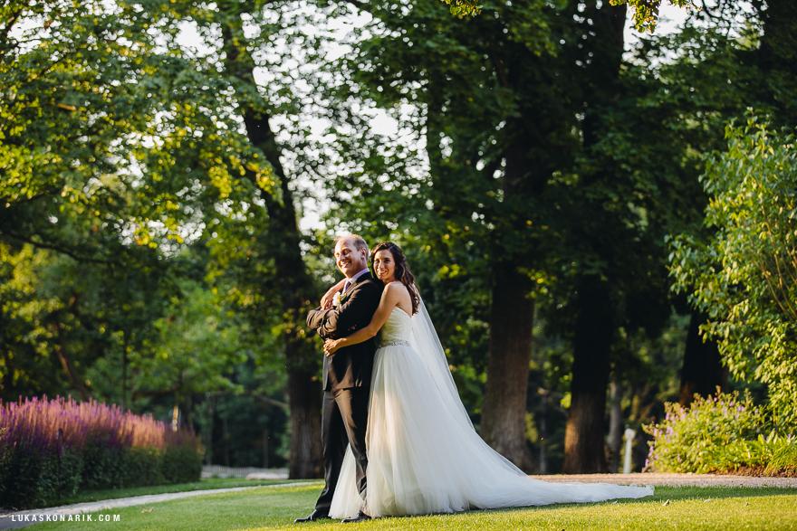 svatební fotografie v parku zámku Mcely