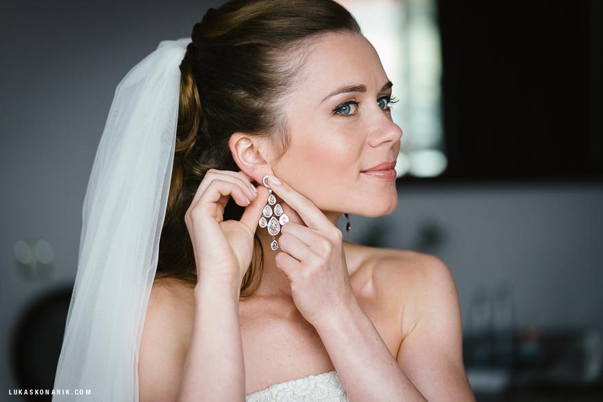 diamantové náušnice na svatbě