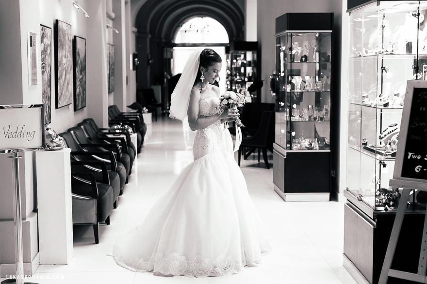 svatební fotografie nevěsty v hotelu Kempinski Praha
