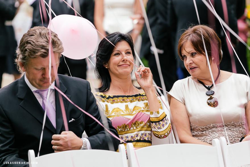 svatební hosté, obřad v hotelu Kempinski