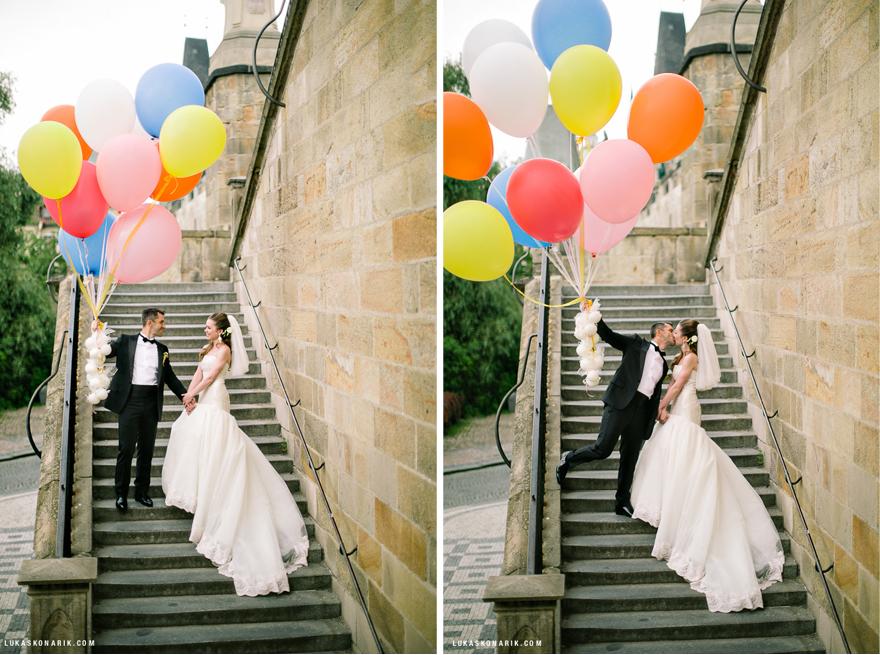 svatební foto s obřími balonky